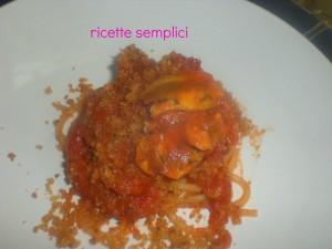 spaghettoni con sugo alle sarde e mollica tostata
